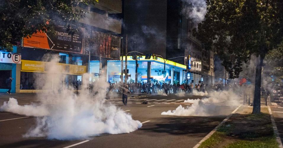 16.mai.2016 - Policiais da Brigada Militar disparam bombas de gás lacrimogênio para dispersar manifestação em Porto Alegre contra o presidente interino Michel Temer e contra o impeachment da presidente afastada Dilma Rousseff