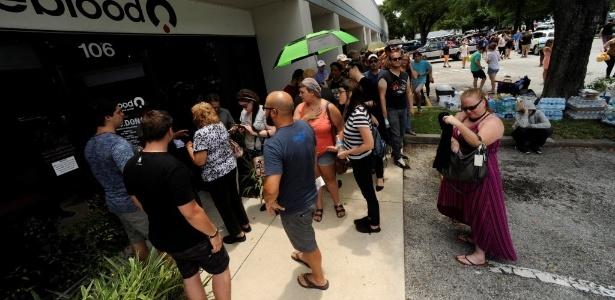 Voluntários formam filas para doação de sangue para as vítimas de ataque a boate gay