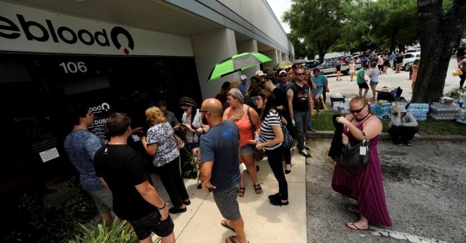 """12.jun.2016 - Dezenas de voluntários formam filas para doar sangue e ajudar as vítimas do ataque a uma casa noturna em Orlando, na Flórida (EUA). Um homem armado abriu fogo contra os frequentadores da boate gay """"Pulse"""". Pelo menos 50 pessoas morreram"""