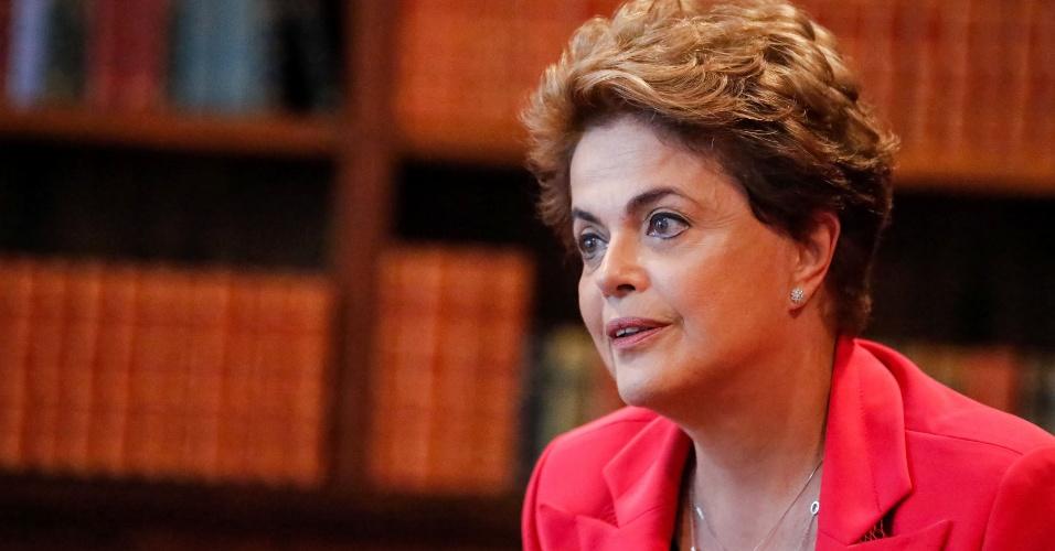 22.jun.2016 - A presidente afastada, Dilma Rousseff, concede entrevista para o jornal espanhol