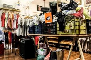 Parte das roupas arrecadas pela campanha da loja de roupa de Florianópolis