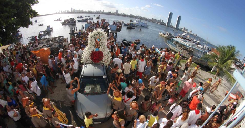 29.jun.2016 - Devotos de São Pedro comemoram o dia do padroeiro dos pescadores em procissão pelo bairro de Brasília Teimosa, na zona sul do Recife (PE). O caminho é percorrido há 50 anos e realizado tanto por terra quanto pela água