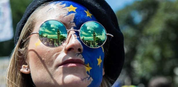 2.jul.2016 - Parlamento inglês é refletido nos óculos de mulher durante protesto em Londres contra a saída do Reino Unido da União Europeia