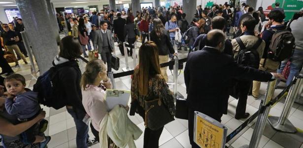 Com a inspeção mais rigorosa, os passageiros de voos domésticos enfrentam longas filas para embarcar no aeroporto de Congonhas, em São Paulo