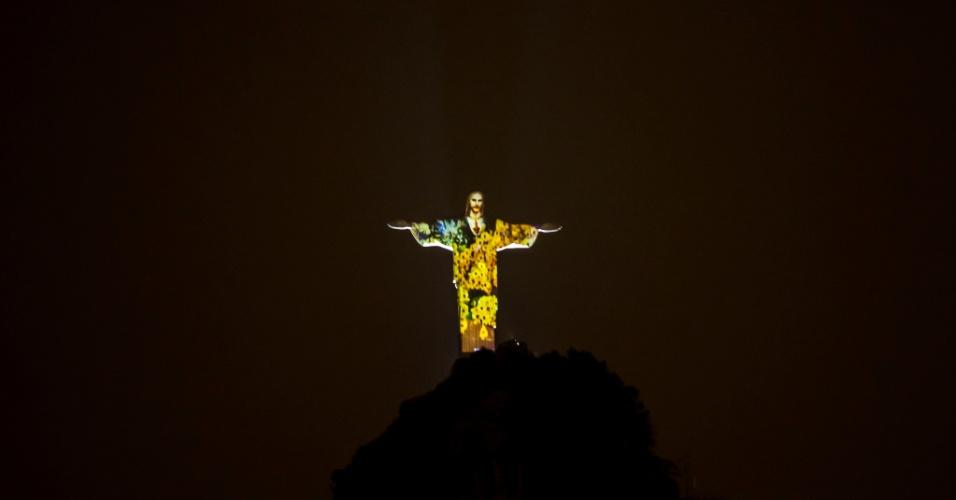 28.jul.2016 - Imagens de paisagens do Rio de Janeiro são projetadas no Cristo Redentor, a uma semana do início das Olimpíadas