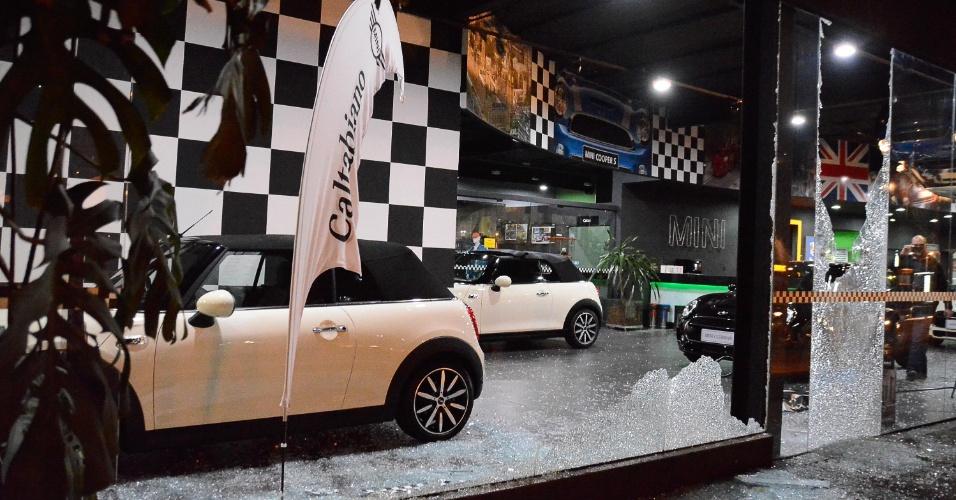 3.set.2016 - Fachada de vidro de concessionárias de carros na avenida Eusébio Matoso depredada em protesto contra o governo de Michel Temer em São Paulo (SP)