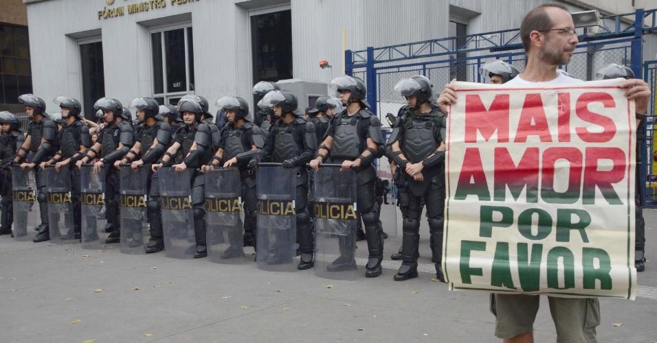 Manifestante segura cartaz em frente a soldados da Tropa de Choque da Polícia Militar de SP, durante protesto contra o governo Temer na avenida Paulista