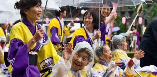 Idosos em cadeira de rodas participam de festival em Kagoshima, Japão