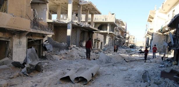 1º.out.2016 - Ruas ficaram destruídas após ataques aéreos em uma área rebelde de Aleppo, na Síria