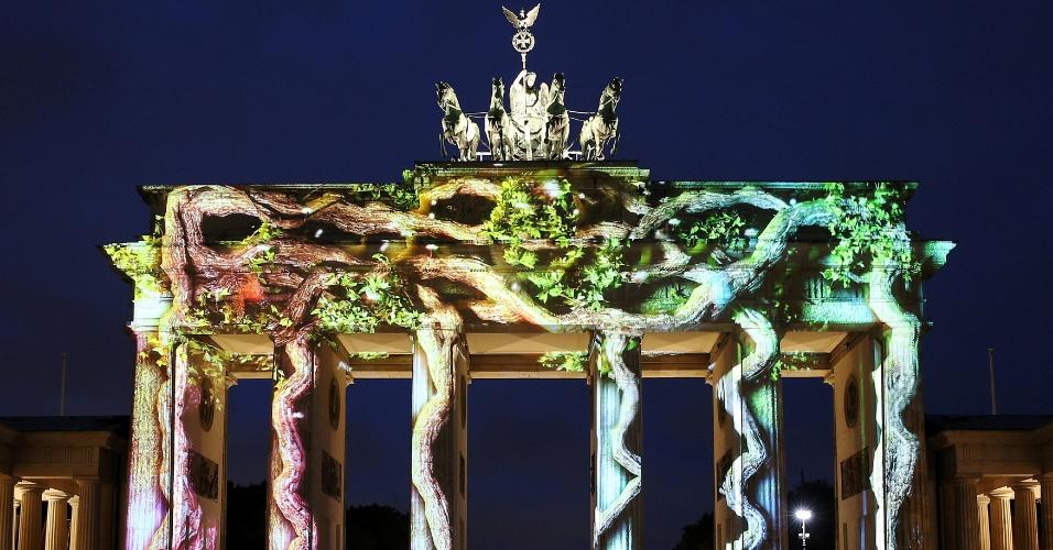 7.out.2016 - O Portão de Brandemburgo é iluminado em Berlim, capital da Alemanha, durante o Festival das Luzes realizado na cidade