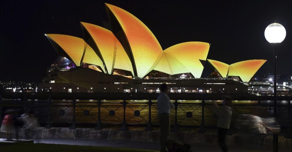21.out.2016 - Edifício da Ópera de Sydney é iluminado com tons dourados, no festival de Diwali na Austrália