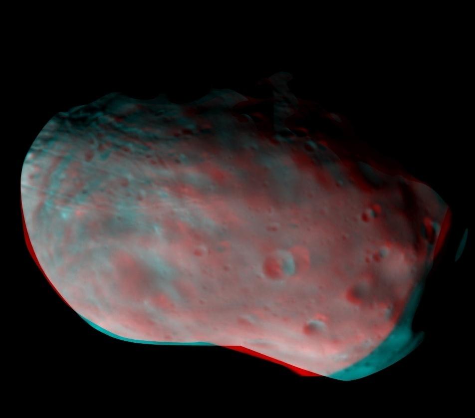 IMAGEM COLORIDA DE LUA DE MARTE - A sonda ExoMars tirou sua primeira foto colorida de Phobos, uma lua de Marte. A câmera capturou a lua em 26 de novembro, a uma distância de 7.700 km. Uma composição colorida foi criada de diferentes imagens tiradas por meio de vários filtros. Os filtros da câmera da sonda são otimizados para revelar diferenças na composição mineral, vistos entre azul e vermelho na imagem processada feita para visualização em 3D. Os cientistas destacam a importância da imagem para calibrar a câmera