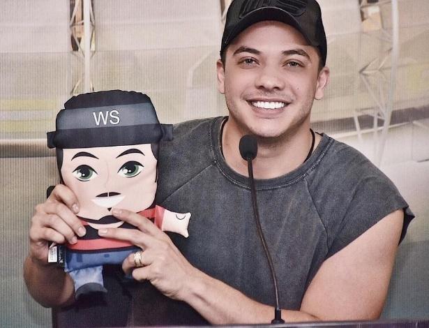 Wesley Safadão posa com o boneco personalizado que ganhou da Calderon Decor de Fortaleza (CE)