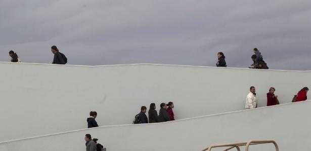 """Pessoas caminham pelo cruzamento conhecido como """"El Chaparral"""", em Tijuana, no México"""