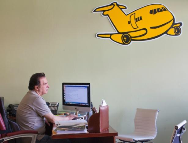 Farhad Besharati, dono da agência de viagens ATT Vacation Travel, em seu escritório em Los Angeles (EUA)