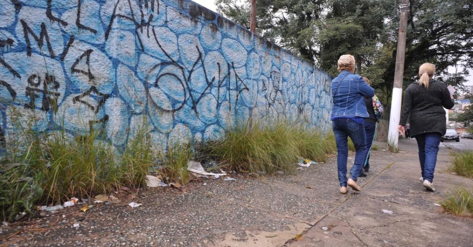 26.abr.2017 - Lixo se mistura ao mato na calçada da rua Sábado D'angelo, ao lado do parque Raul Seixas, na zona leste de São Paulo