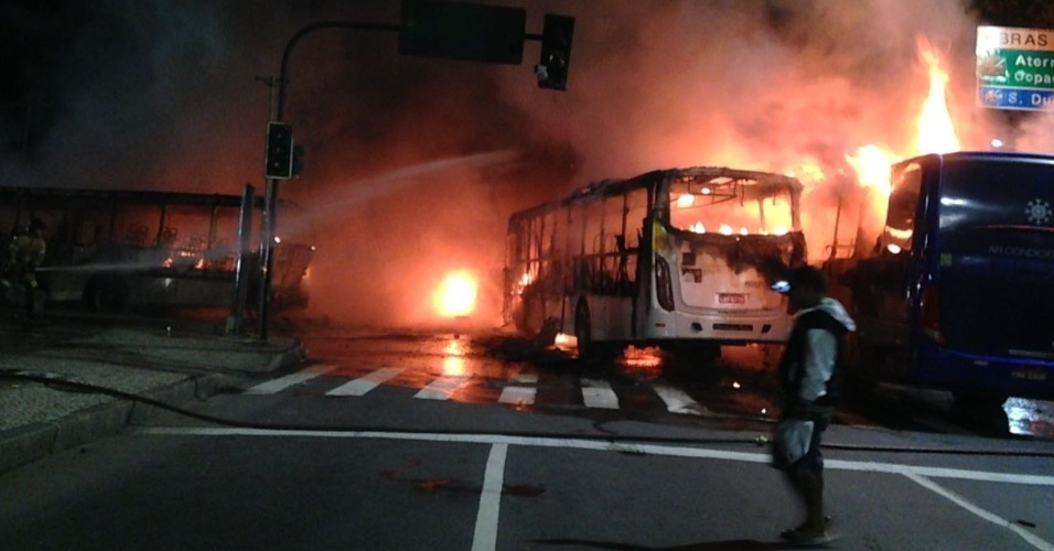 28.abr.2017 - Ao menos três ônibus foram queimados no centro do Rio de Janeiro durante protestos contra as reformas da Previdência e trabalhista no início da noite desta sexta-feira