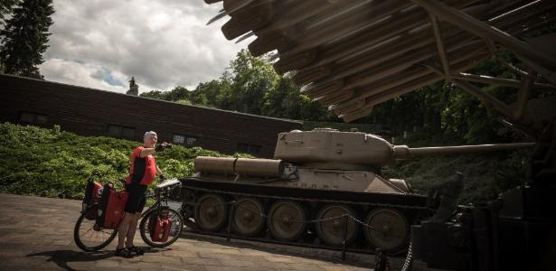 3.jul.2017 - Turista Benjamin Langhammer tira fotos de um memorial da Segunda Guerra Mundial em Seelow, na Alemanha