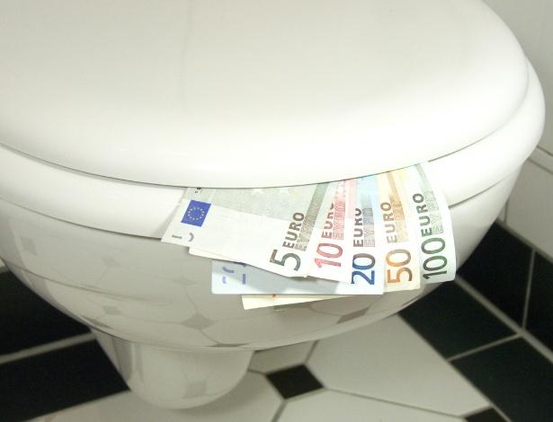 Pacotes com notas de 500 euros picadas foram encontradas dentro de privadas entupidas de alguns banheiros na Suiça