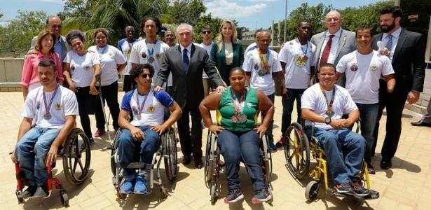 Picciani (último à direita) com o presidente da República, Michel Temer, autoridades e alunos de centro de Educação Física no Rio de Janeiro na segunda (13)