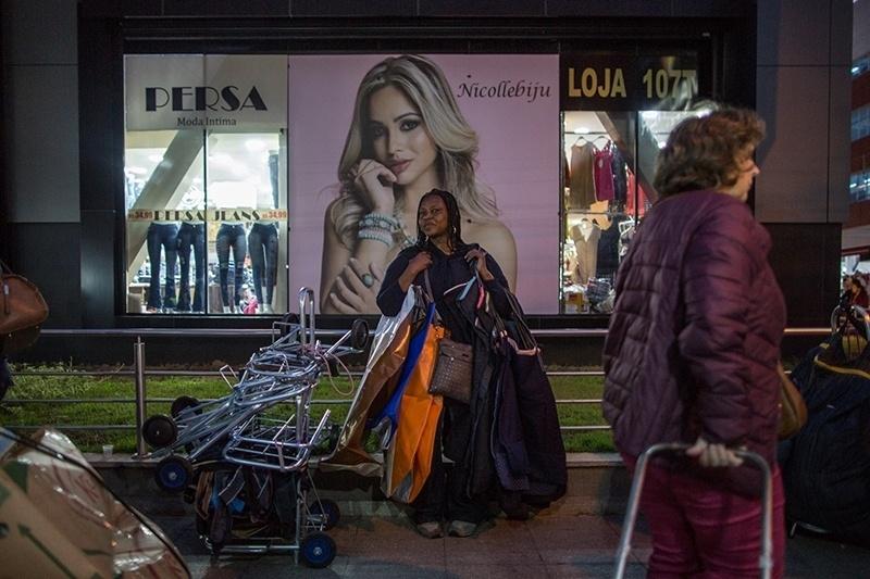 """28.nov.2017 - A Feirinha da Madrugada abriga os novos """"sacoleiros"""", vendedores que vêm do Brasil inteiro em busca de roupas nos preços mais baixos para revender em comércios informais nas suas cidades"""