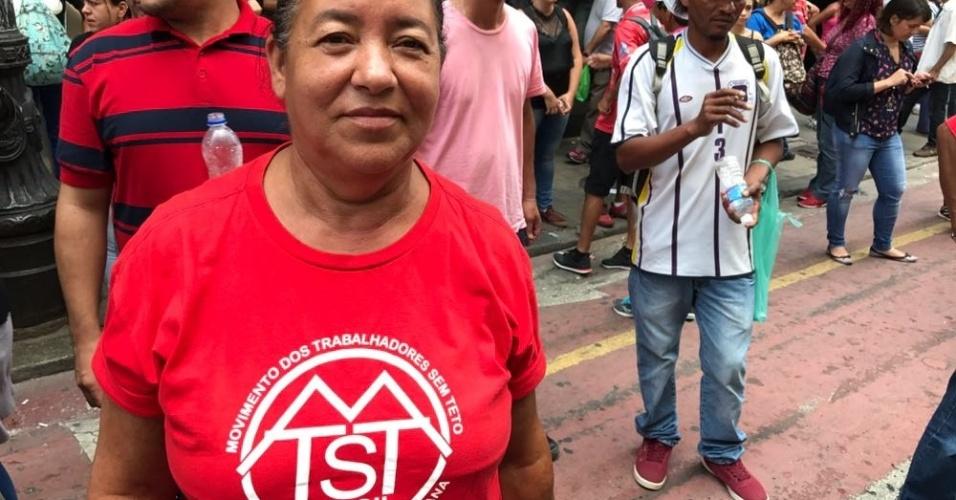 6.dez.2017 - Amélia Vieira, 60, também participa do ato no centro de São Paulo. Ela acredita que ainda falta compreensão da sociedade em entender que existem pessoas que não têm onde morar