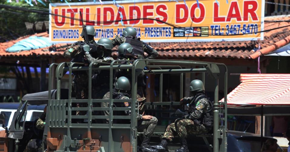 12.mar.2018 -  Intervenção Federal na Vila Kennedy. Vendedores que tiveram a barraca destruída pela prefeitura