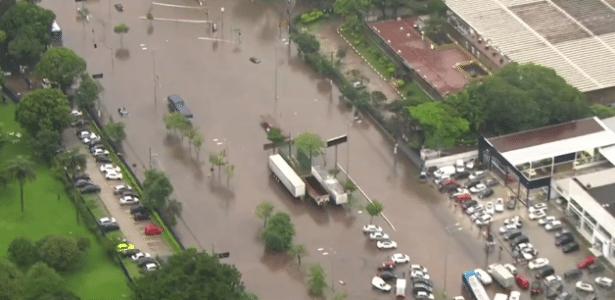 """Via da zona sul da capital paulista fica embaixo d""""água devido à chuva - Reprodução/GloboNews"""