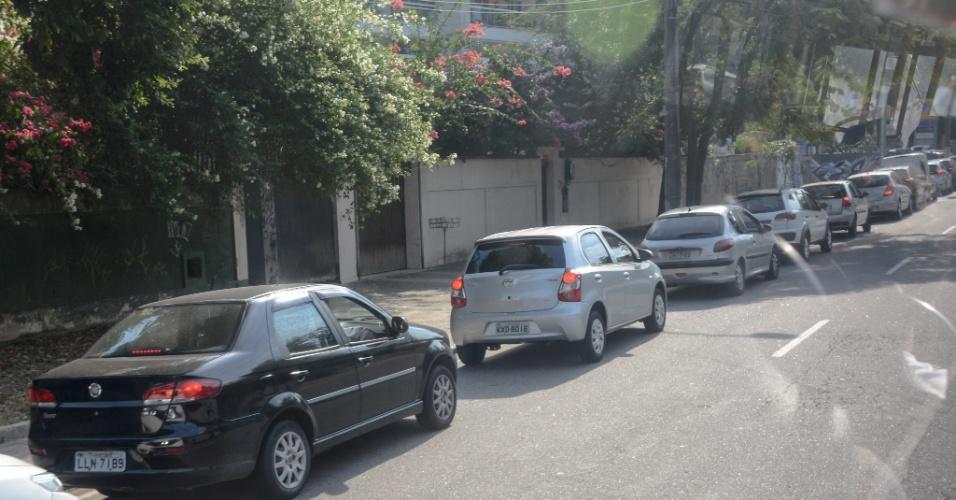 Aumenta a procura por combustível; fila no posto em Jacarepaguá, na zona oeste do Rio de Janeiro, na manhã desta quinta-feira (24)