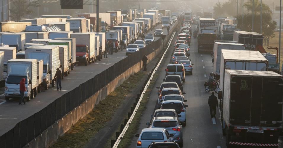Caminhoneiros protestam causando congestionamento na rodovia Régis Bittencourt, na altura do km 280, próximo a Embu das Artes, em São Paulo, na manhã desta quinta-feira (24). Pelo quarto dia consecutivo, caminhoneiros fazem paralisação contra a alta no preço do diesel e bloqueiam rodovias do país. A Associação Brasileira dos Caminhoneiros (Abcam) informou nesta manhã que o movimento de paralisação da categoria só terminará quando a redução de impostos dos combustíveis for publicada no Diário Oficial da União (DOU)