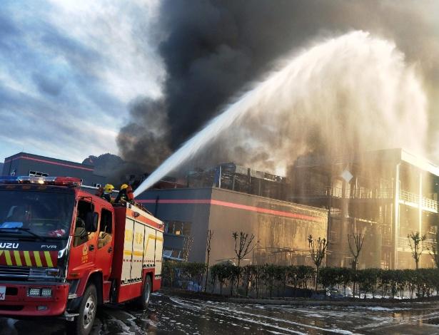 Bombeiros tentam conter incêndio em fábrica de produtos químicos em Sichuan