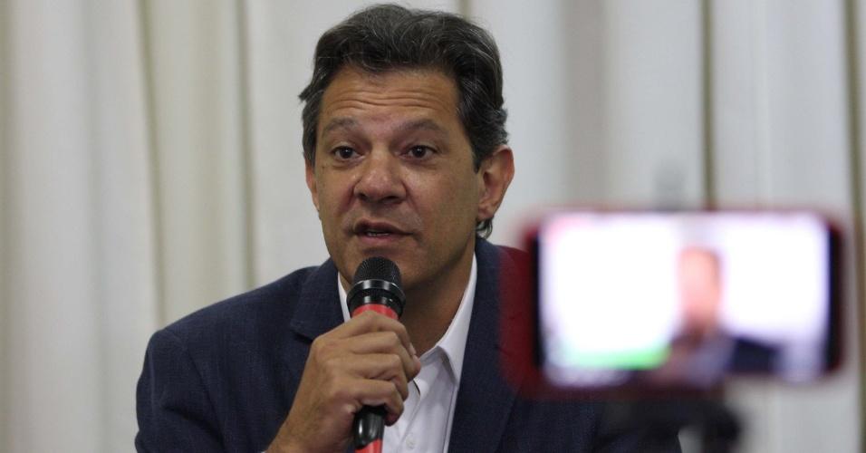 08.out.2018 - Fernando Haddad (PT) concede entrevista coletiva em hotel de Curitiba (PR) após conversar com o ex-presidente Luiz Inácio Lula da Silva nesta segunda-feira (8)