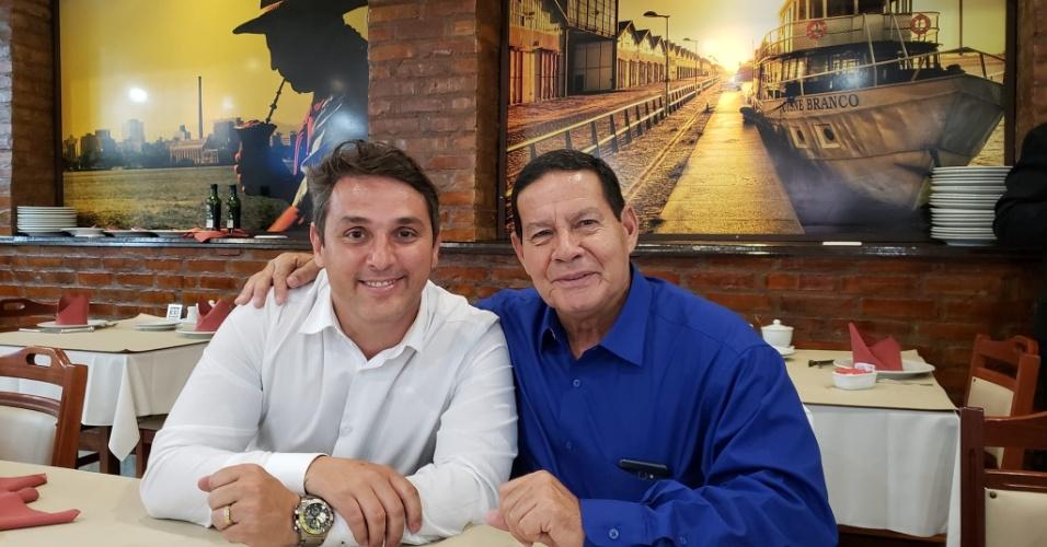 10.out.2018 - O tenente-coronel Luciano Zucco (PSL) posa ao lado do vice de Jair Bolsonaro, general Mourão. Ele teve 166.747 votos e foi o candidato a estadual mais votado no Rio Grande do Sul