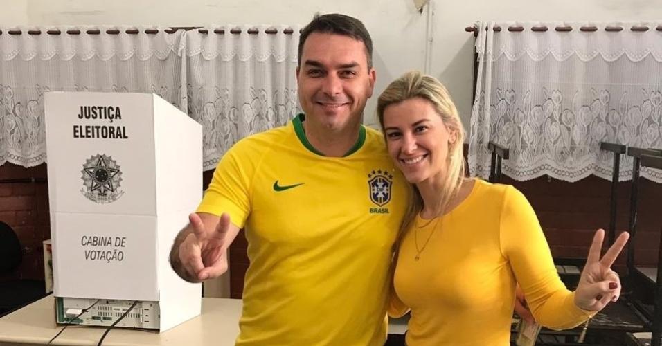 28.out.2018 - O senador eleito pelo Rio de Janeiro Flávio Bolsonaro (PSL) vota neste domingo
