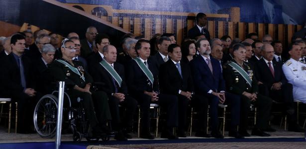 Resultado de imagem para Em despedida do Exército, Villas Bôas chora e é abraçado por Bolsonaro