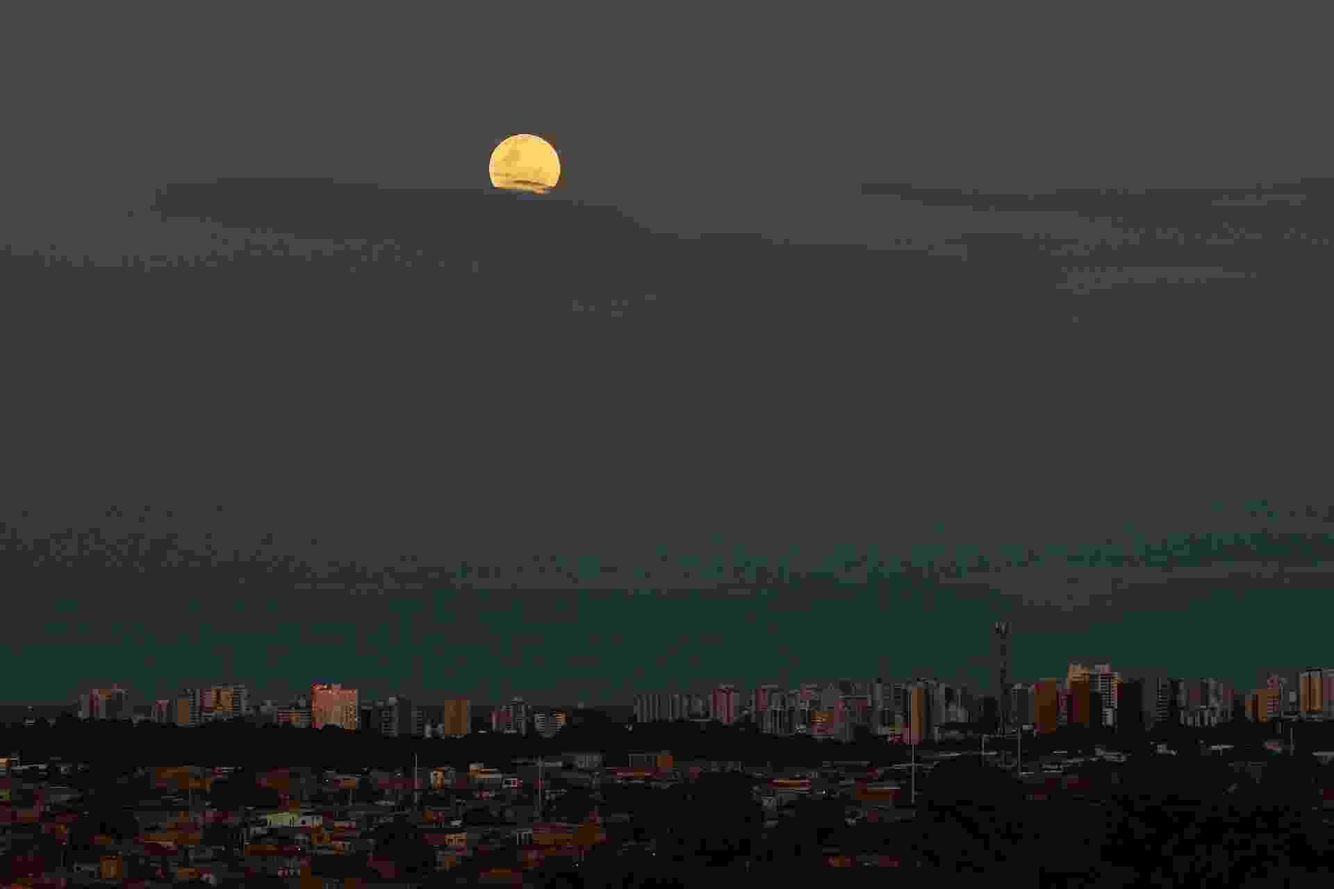 20.jan.2019 - Super Lua vista da cidade de Manaus (AM). O fenômeno ocorre quando a Lua atinge o ponto mais próximo que ela chega da terra, ficando cerca 14% maior e até de 30% mais brilhante - Edmar Barros/Futura Press/Folhapress