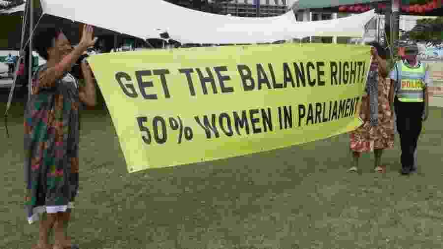 Mulheres em Vanuatu exigem representação igualitária: cartaz defende que mulheres ocupem metade das vagas no Parlamento - Getty Images