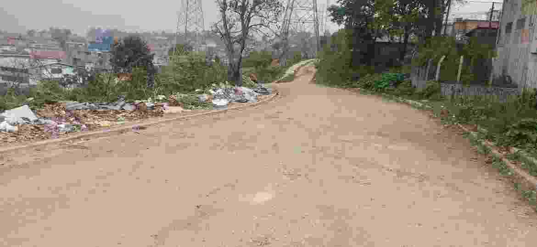 O bairro Jardim Monte Verde, no Grajaú, virou um canteiro de obras inacabadas e de descarte de lixo irregular - Cleber Souza/UOL