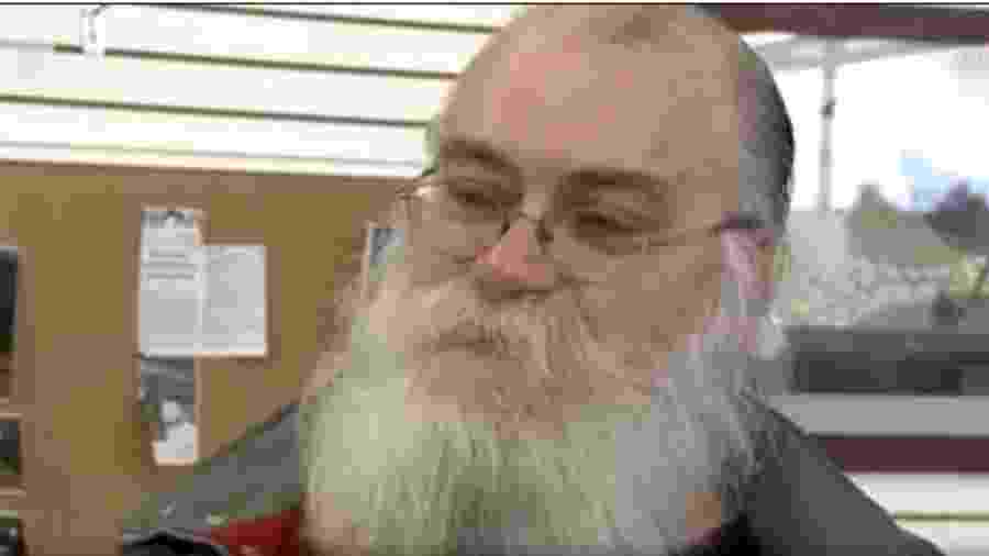 Howard Kirby, de Michigan (EUA), encontrou US$ 43 mil dólares em notas dentro de um sofá usado - Reprodução/CNN