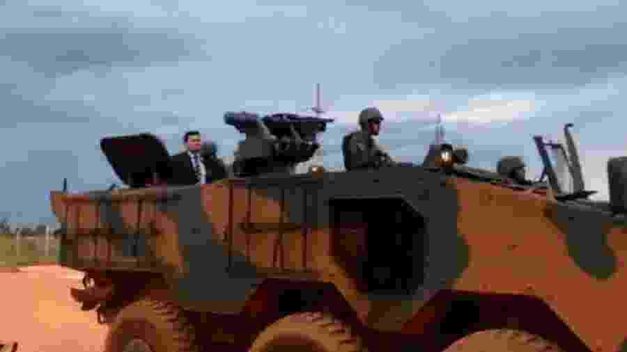 Moro desfila sobre tanque de Guerra em operação de GLO no presídio da Papuda. Espetáculo grotesco - Reprodução do Twitter
