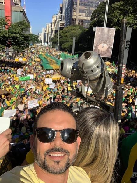 Publicitário Sérgio Lima participa de manifestação a favor do presidente Jair Bolsonaro em cima de trio elétrico na Avenida Paulista, em maio do ano passado: investigado pela PGR - Reprodução/Redes Sociais