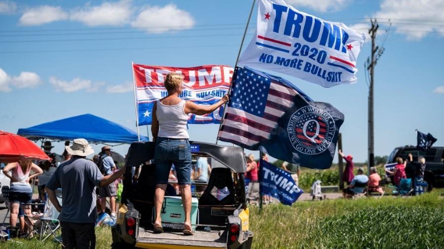 """Conspiracionista, QAnon vê Donald Trump como herói de uma batalha contra """"grupos satânicos"""" - Stephen Maturen/Getty Images"""