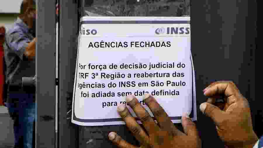 Segurados foram surpreendidos na manhã de hoje ao encontrar as agências do INSS fechadas em SP - Aloísio Maurício/Fotoarena/Estadão Conteúdo