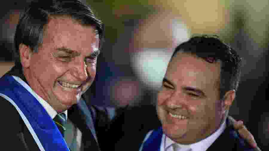 O presidente Jair Bolsonaro abraça Jorge Oliveira, secretario-geral da Presidência, em evento em Brasília - Mateus Bonomi/AGIF/Estadão Conteúdo