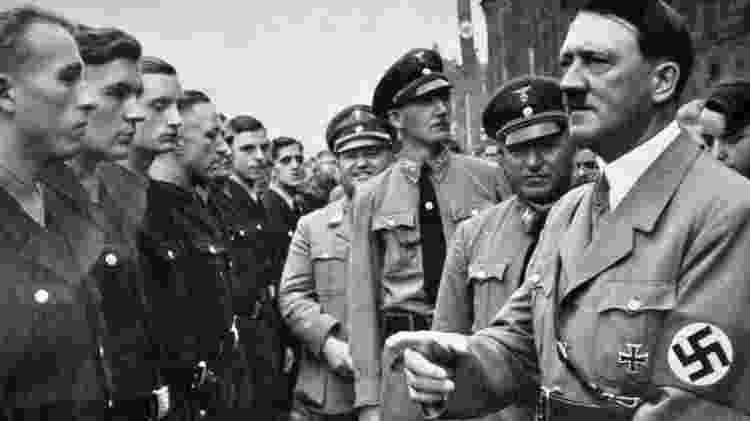Robert Ley, atrás de Adolf Hitler durante um comício político nazista, tinha uma personalidade complexa - Getty Images - Getty Images