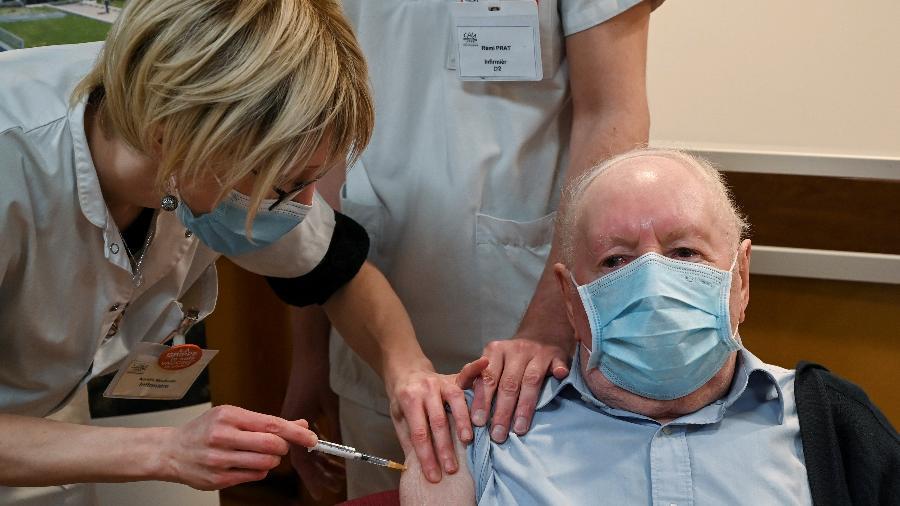 Idoso de 92 anos toma a primeira dose da vacina na França - POOL/REUTERS