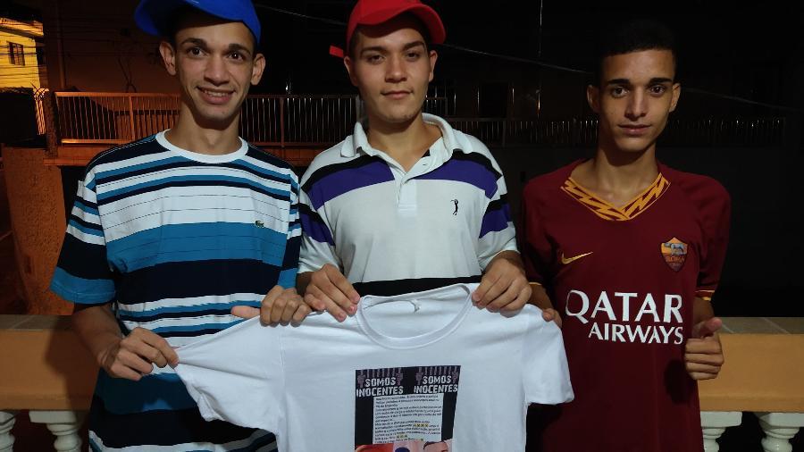 Da esq. para a dir., Kelvin, Alexssandro e Eryk posam com a camiseta da campanha que pediu a liberdade deles - Marcelo Oliveira/UOL