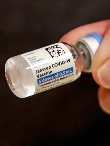 De dose única, a vacina da Janssen tem eficácia de 85% contra casos graves de covid-19, segundo estudo publicado no New England Journal of Medicine - KAMIL KRZACZYNSKI / AFP