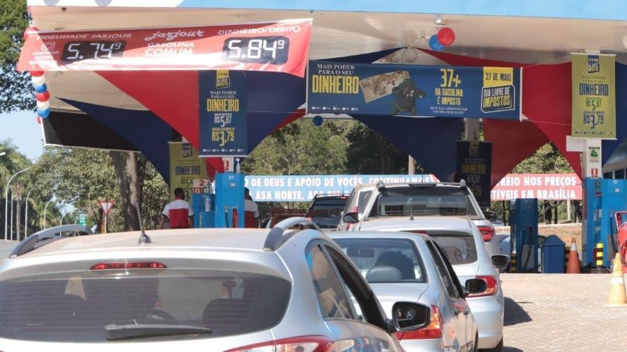 Fila de carros em posto de gasolina na Asa Norte, em Brasília, durante Dia Livre de Impostos - Paulo Negreiros/Sistema CNDL