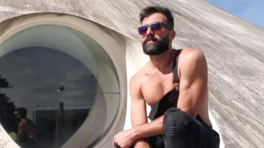 Daltônico, o professor de inglês Alisson Godói ganhou óculos especiais para amenizar os efeitos da condição visual - Arquivo Pessoal